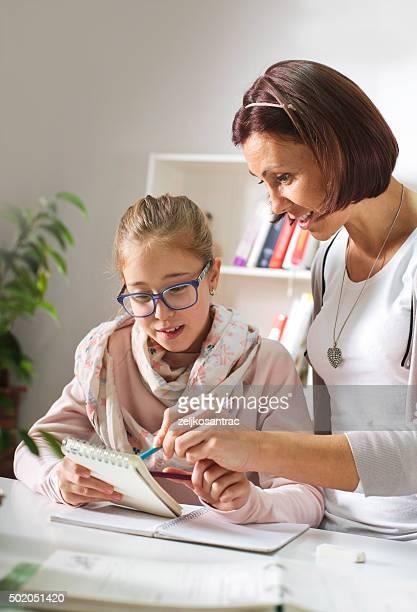 Mère aider sa fille avec des études