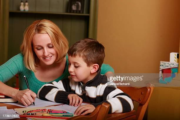 Mãe e filho a fazer Trabalho de Casa