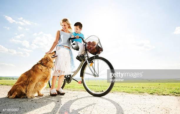 Mutter und ihrem hübschen Sohn und ihr Haustier.