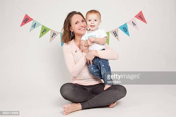 Madre sostiene cumpleaños fiesta