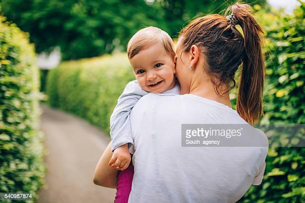 Mère tenant enfant dans le parc