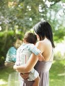 Mutter holding Sohn, Blick auf Fenster