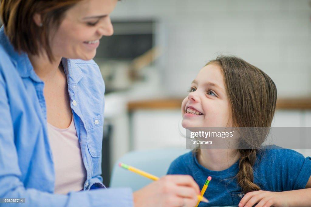 Mother Homeschooling Her Daughter : Stockfoto