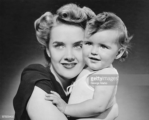 Mutter umarmen Babymode – Mädchen (12 – 18 Monate), (B & W), Nahaufnahme