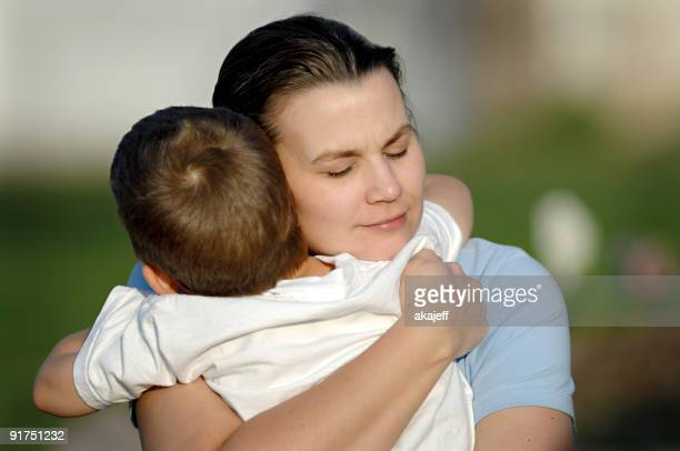 Mutter umarmen Ihr Sohn Dicht