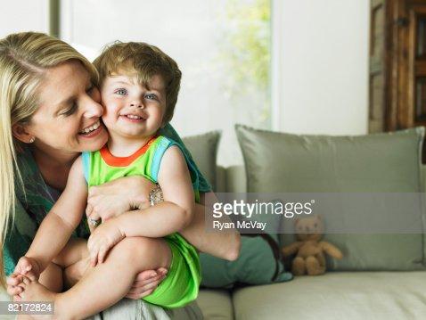 Madre, que abrazan son : Foto de stock