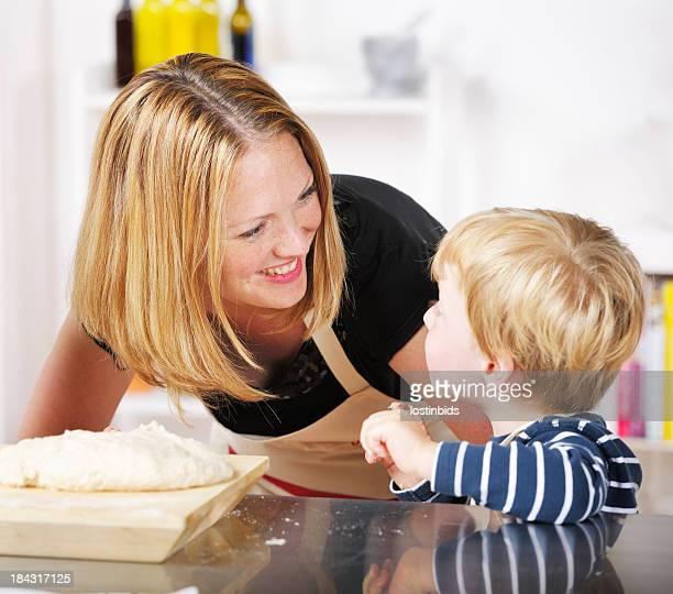 Mutter Umgang mit Ihrem Sohn In einem Domstic Küche