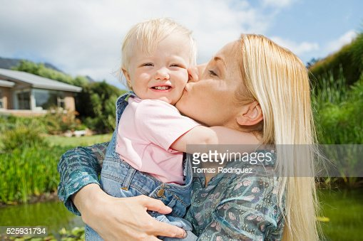 Mother kissing daughter (12-23 months) : Stock-Foto