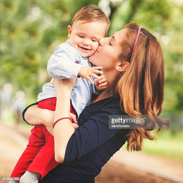 Mère embrassant son bébé garçon
