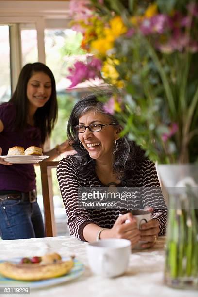 Mutter Lachen bei Tisch