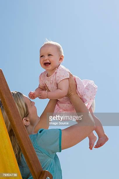 Une mère et sa fille levée