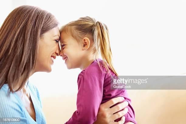 Liebende Mutter ihre Tochter mit Textfreiraum