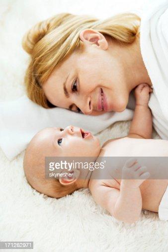 mutter liegen im bett mit ihrem baby jungen stock foto getty images. Black Bedroom Furniture Sets. Home Design Ideas