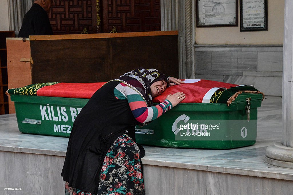 A mother mourns on the coffin on May 6, 2016 in Kilis, during the funeral ceremony of her 5 years old daughter Nisa Done Sezer who was killed the day before after a rocket hit the house. One person was killed and seven more wounded when rockets fired from Syria slammed into the Turkish border region of Kilis, which has been regularly targeted by jihadists this year, the Dogan news agency said. / AFP / ILYAS