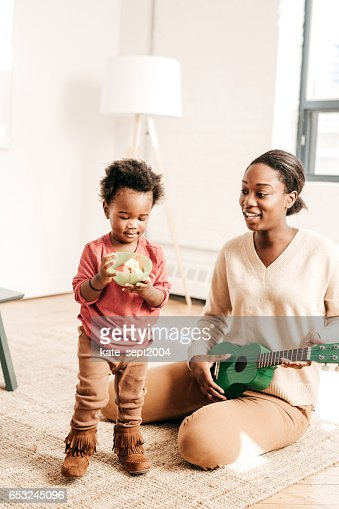 Mother playing music for toddler : Stock-Foto