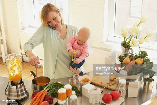 Eine Mutter Essen zubereiten