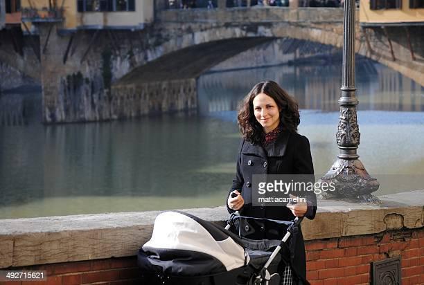 Italien, Toskana, Florenz, Mutter mit Kinderwagen