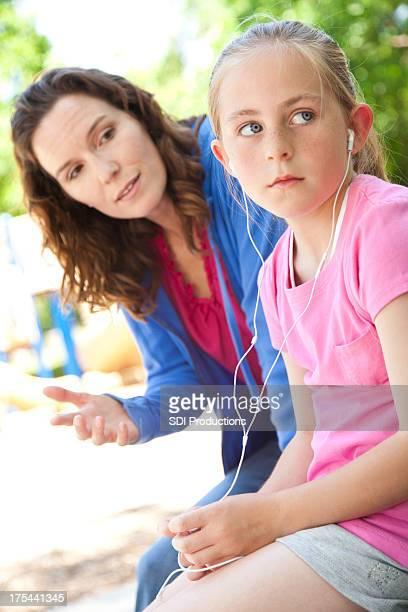 Mère de rapprocher l'indifférence fille