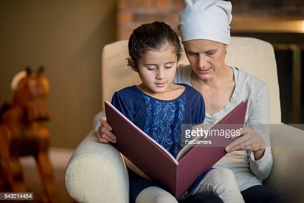 母 本を読んでいるに彼女の娘
