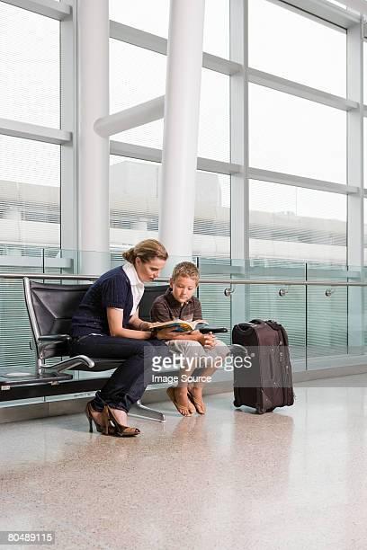 Una madre leggendo un libro con suo figlio