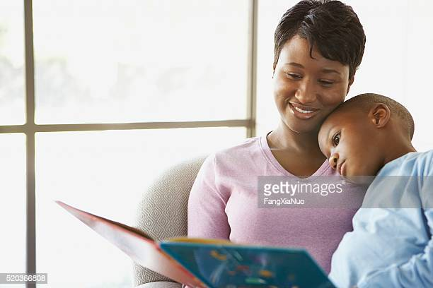 Mutter lesen eine Geschichte zu Ihrem Sohn