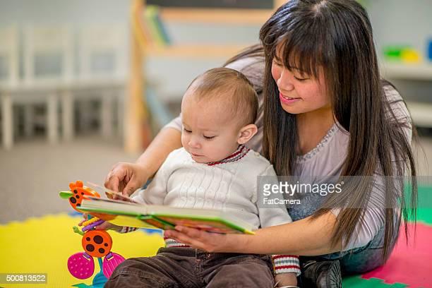 Mutter Ihren Sohn ein Buch zu lesen