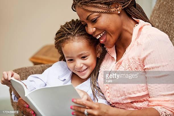 Madre e hija leyendo a