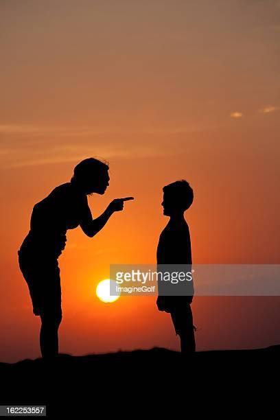 Mutter Schimpfen eine respektlose Kind