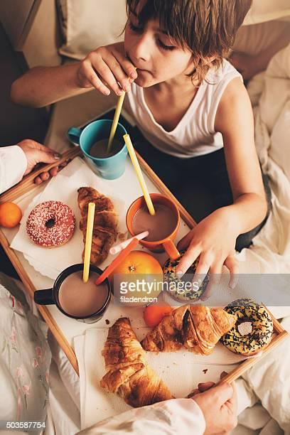 Mère servis de délicieux petit déjeuner pour ses enfants
