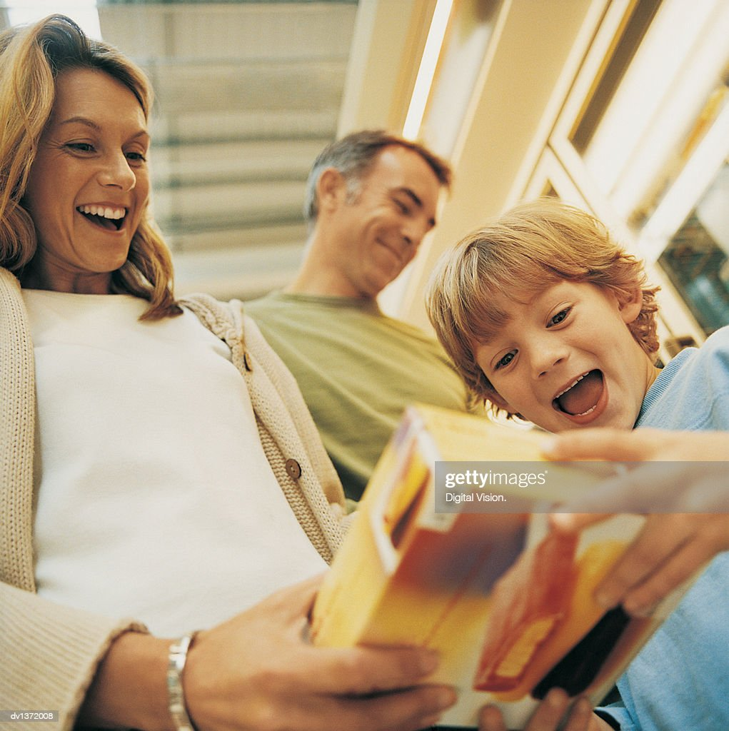 Mother Showing Her Son a Box of Ice Cream in the Supermarket : Foto stock