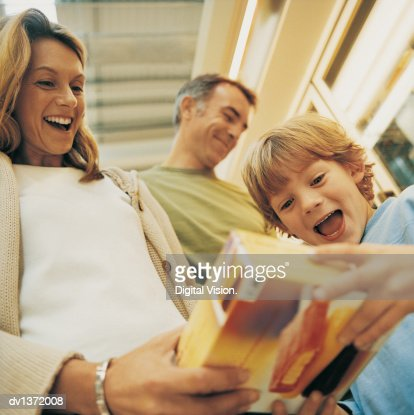 Mother Showing Her Son a Box of Ice Cream in the Supermarket : Bildbanksbilder