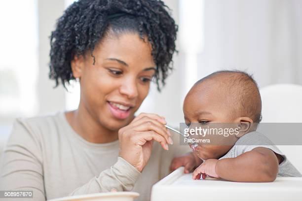 Mutter Löffel füttern Ihr Baby-Sohn