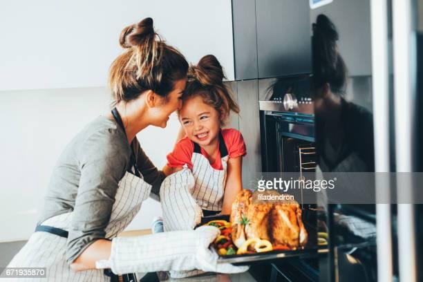 Madre tomando la cena del horno