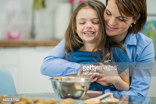 Mother Teaching Her Daughter Hoe to Bake : Stock-Foto