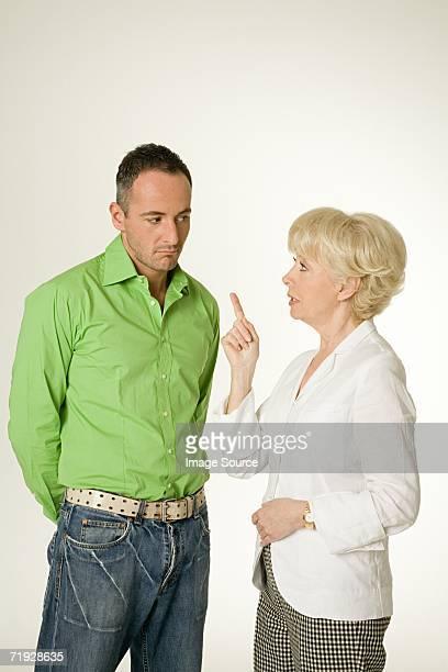 Mère parler à son fils