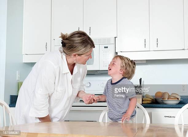 Mãe tentar calma chorar criança em Casa