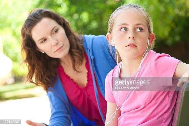 Mère essayant de parler avec sa fille en colère