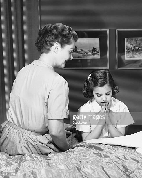 Mãe filha dizer deitar prayers ver