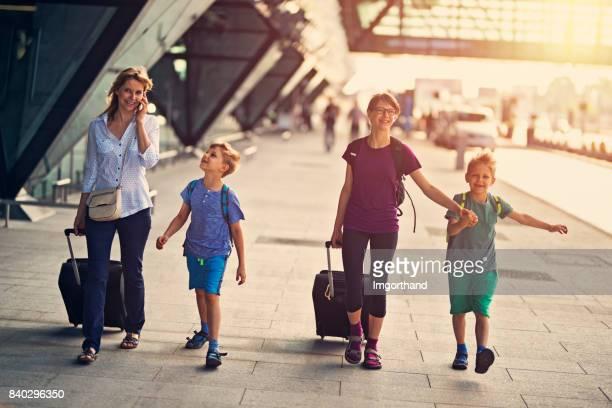 Mère de 3 enfants à pied à l'aéroport