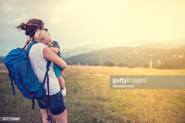 Mère avec bébé au sommet de la montagne