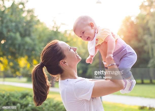 Madre con bebé en el parque