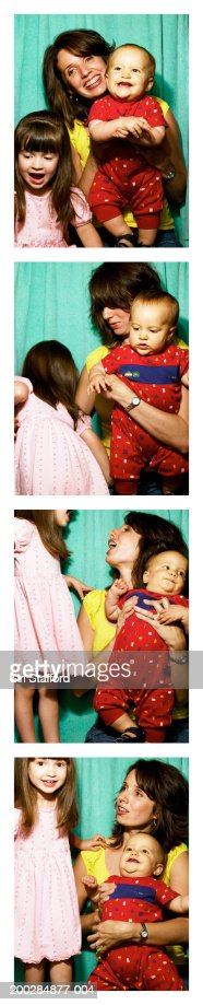 Mutter mit Kindern (1-3) in photo booth : Stock-Foto