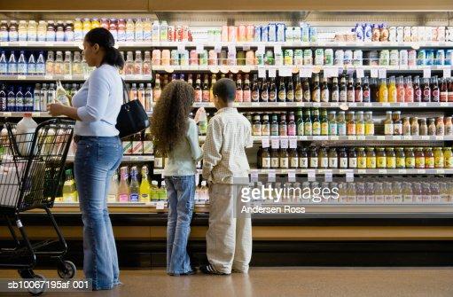 Mother with children (8-11) in supermarket : Foto de stock