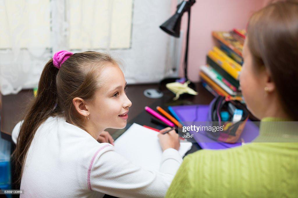 Mãe com filha a fazer Trabalho de Casa : Foto de stock
