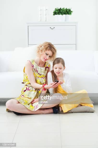 Mère et fille à l'aide de téléphone