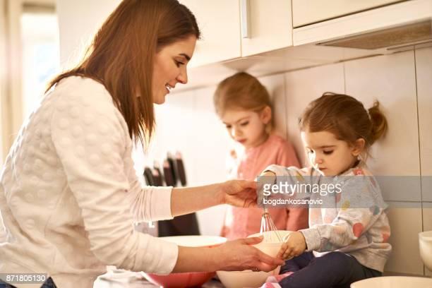 Moeder met dochters in de keuken