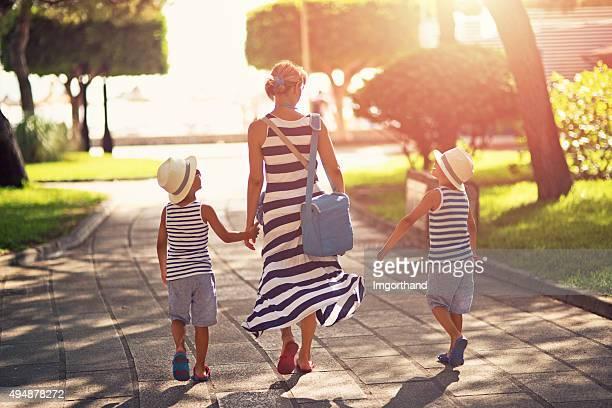 Mutter und Söhne zu Fuß zum Strand