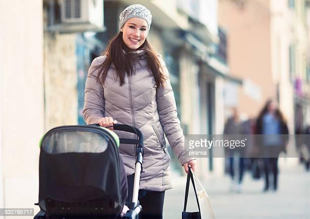 Mère avec Poussette les boutiques de la ville