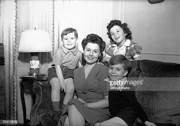 Mutter mit drei Kindern (4. und 5., 7. und 8.) Posieren