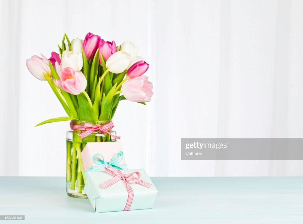 Mother's Day Bouquet und Geschenke – Horizontal : Stock-Foto